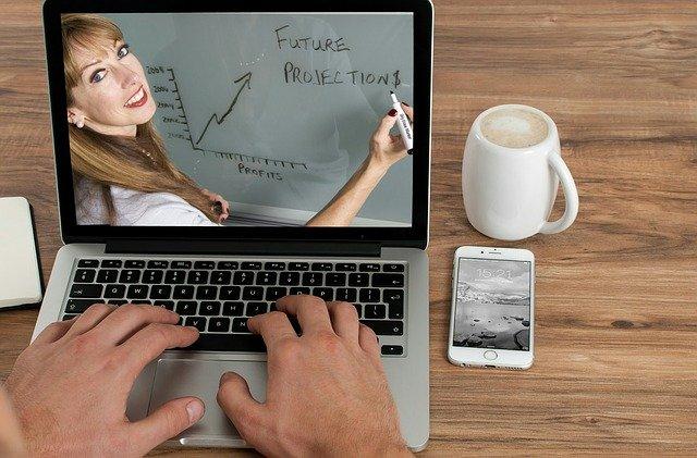dostęp do wysokiej jakości materiałów wideo w kursie Jak zarabiać na Amazon KDP biznes online