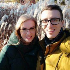 instruktor kursów online w parku z żoną